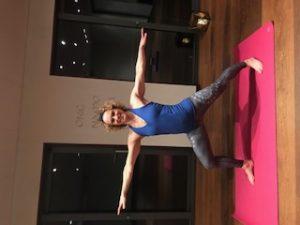 Catarina Henriksson är certifierad yogalärare. Här i en yoga ställning